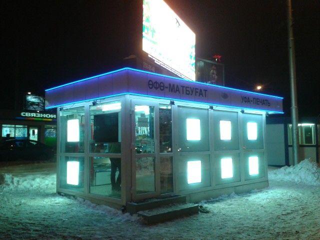 Led building / светодиодное оформление киоска. Контур крыши - гибкий неон в профиле, основное освещение - светодиодная лента в профиле, в окнах - рекламные led-панели со сменным изображением.