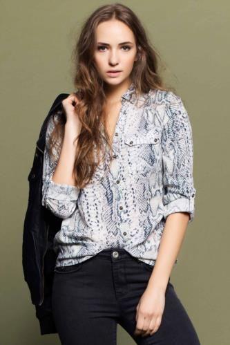 Desenli kumaşı ile şık bir tarza sahip olabileceğiniz, hem rahat kalıplı hem de kullanışlı, mutlaka dolabınızda yer alması gereken DeFacto bayan desenli gömlek.