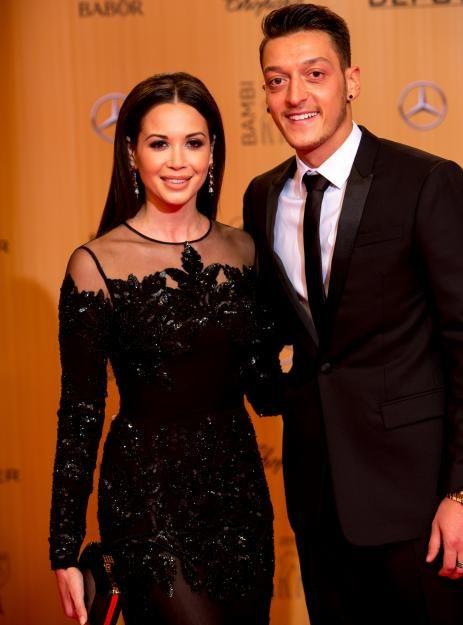 Das wohl bekannteste Spieler-Promi-Paar Deutschlands: Musikerin und TV- und L'Oréal-Gesicht Mandy Capristo und Fußball-Superstar MesutÖzil. Beim Bambi 2015feierten sie ihr Liebes-Comeback.