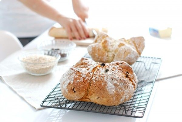 Receta de Pan de soda, un pan rápido con bicarbonato y leche agria que no necesita leudados ni levaduras. En 5 minutos estará listo para entrar al horno.