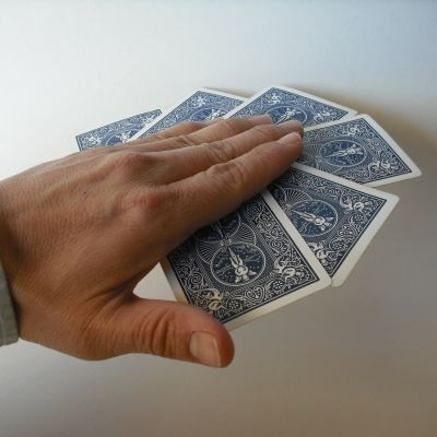 http://magic.about.com/od/libraryofsimpletricks/ig/Easy-Magic-Tricks/The-Magnetic-Hand.htm