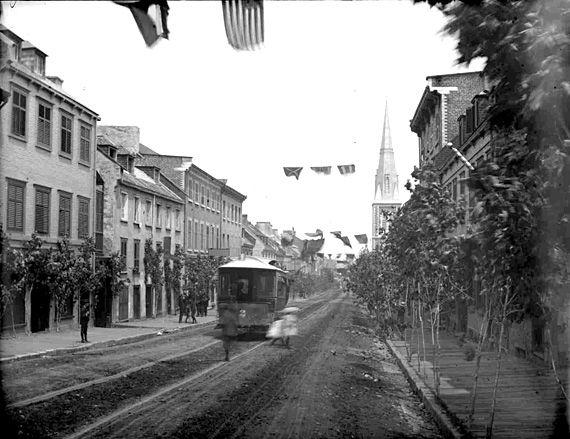 In Tramway circulant rue Saint-Jean en 1900