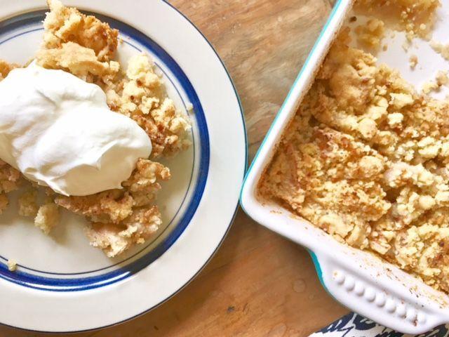 Ich mag diese einfachen, schwedischen Kuchenrezepte, für die man die Zutaten eigentlich immer im Haus hat. Wie dieser schwedische Krümelkuchen – ein Apple Crumble, der ganz schnell gezaubert …
