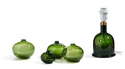 """MICHAEL BANG 1944  Vaser og lampe """"Meteor"""", Holmegaard. 1970-tallet. Grønt glass med gjennombrutt dekor i form av sirkler.  Fire vaser, tre like og en mindre (H: 8 og 11,5), en lampe (H: 28,5).  Vasene signert på undersiden: HG MB og Holmegaard MB."""