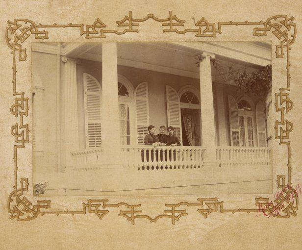 Princesa Isabel, Baronesa Muritiba e Baronesa Loreto na varanda da residência da princesa - 1866 Marc Ferrez.