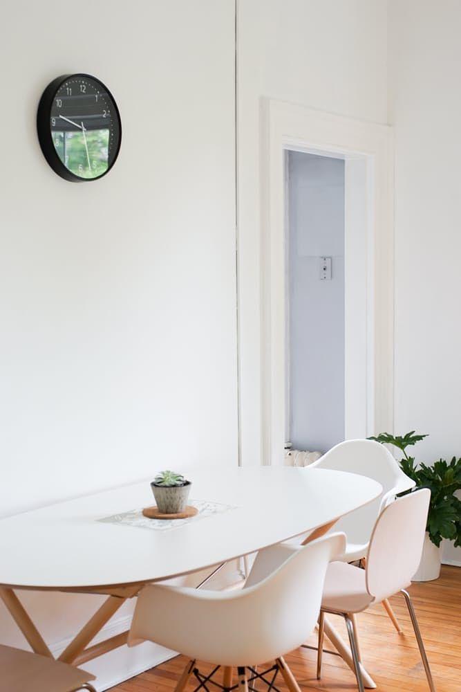 Интерьер дома в скандинавском стиле: белый овальный стол
