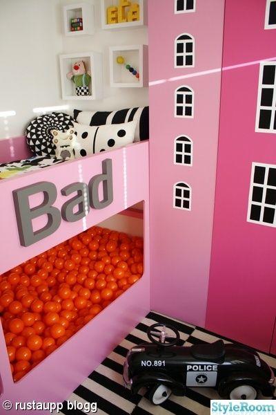 bollhav,bollhavsboll,kura,våningssäng,grafiskt,flickrum,bad,randigt,rosa,orange,husgarderober,husrum,mönster