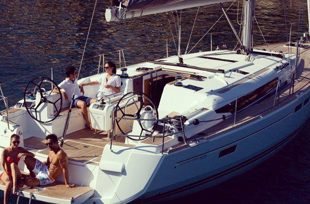 Jeanneau 50 pés em Paraty! Luxo e requinte num veleiro. Apenas $ 4.00000. Capacidade para 12 pessoas. #granboats #veleiro #sailboat #sail #paraty #rj #summer #021 #riodejaneiro #amigos #picoftheday #luxo #vela #olimpiadas #navegar #charter #jeanneau by granboats