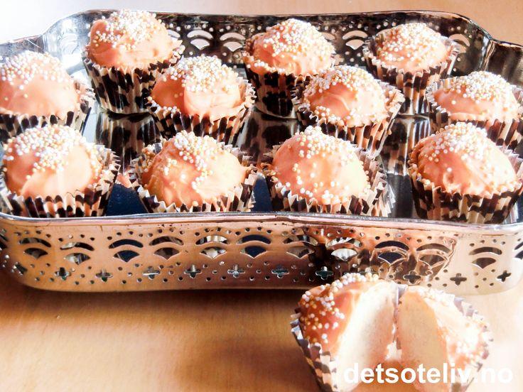 """""""Mandarin Cake Balls"""" er nydelige munnfuller med frisk og god mandarinsmak. Jeg har brukt en myk kake med hvit sjokolade og litt appelsinjuice som base og blandet med kremost mandarin og noen hakkede mandariner. Kakekulene dyppet jeg i oransje sjokolade med vaniljesmak og drysset deretter på noen søte, små sukkerkuler. """"Cake Balls"""" ligner på konseptet """"Cake Pops"""", men i stedet for å stikke kakekulene på pinner, legger man dem i små minipapirformer .... her for anledningen med stilig…"""