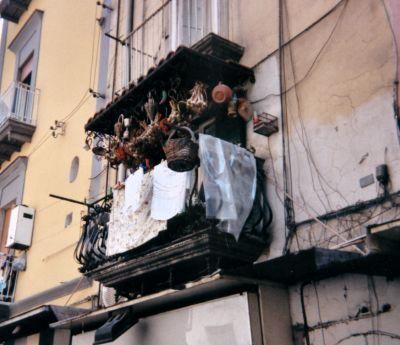 """Questo delizioso balconcino si trova nella Pignasecca, popolare quartiere spagnolo ai piedi della collina del Vomero a ridosso della famosa via Toledo in pieno centro cittadino… la civiltà e lo charme della mia città ma che vive anche di tradizione in pacifica convivenza. Forse voi non ci crederete, ma quel balconcino è visitato persino dalle spose che nel loro album di ricordi, tutte """"apparate"""" si fanno ritrarre affacciate proprio da lissù...  http://www.coquinaria.it/i-balconi-di-napoli/"""