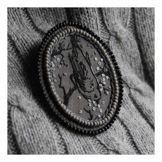 broszka. haft, koraliki, jedwab. / brooch. embroidery, beads, silk. /// http://karolina-g.blogspot.com/2012/01/szkic-zimowy.html