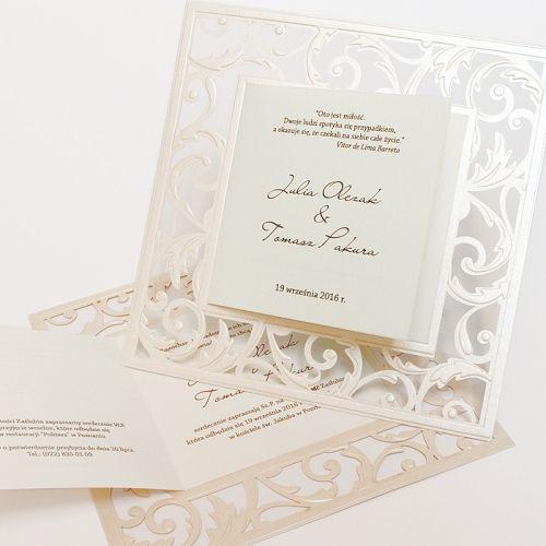 Elegáns meghívó, kiváló minőségű gyöngyházfényű ekrü papír a lézervágott alap.A borító keretezi a meghívót a lézervágott virágmintával.A betétlap ekrü színű, matt felületű.A meghívóhoz dekoratív boríték jár.A meghívóknál nincs szerkesztésiés nyomtatási költség