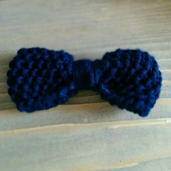 Knittet bow.