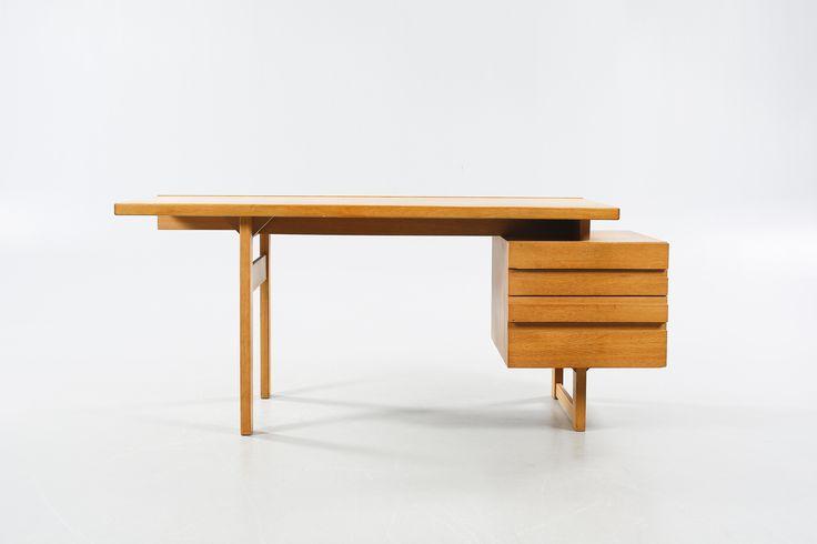 OLAVI HÄNNINEN Skrivbord, Nupponen, Finland, 1960-/70-tal. Fanerat med ek. Hurts med fyra lådor. Längd 165 cm, bredd 70 cm, höjd 71 cm.