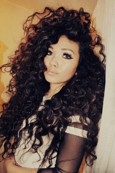 Curly Hair . Pretty Makeup , can't wait for my hair do get this long and big lol