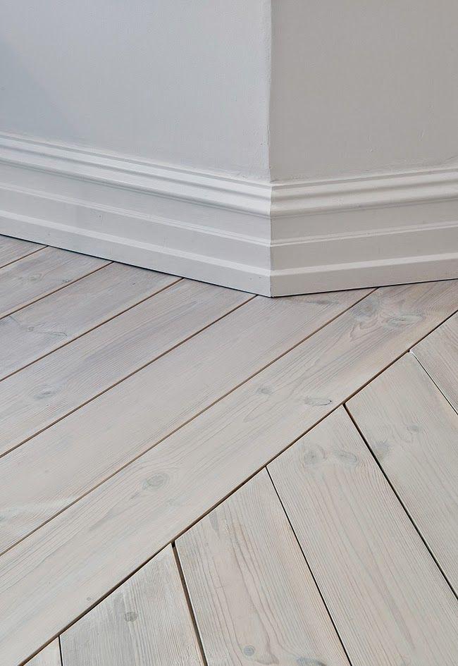 Alldeles underbara vitbehandlade plankgolv i denna charmiga lägenhet. Love these massive whitewashed floors in this charming apartment.  Och som vanligt en inspirerande...