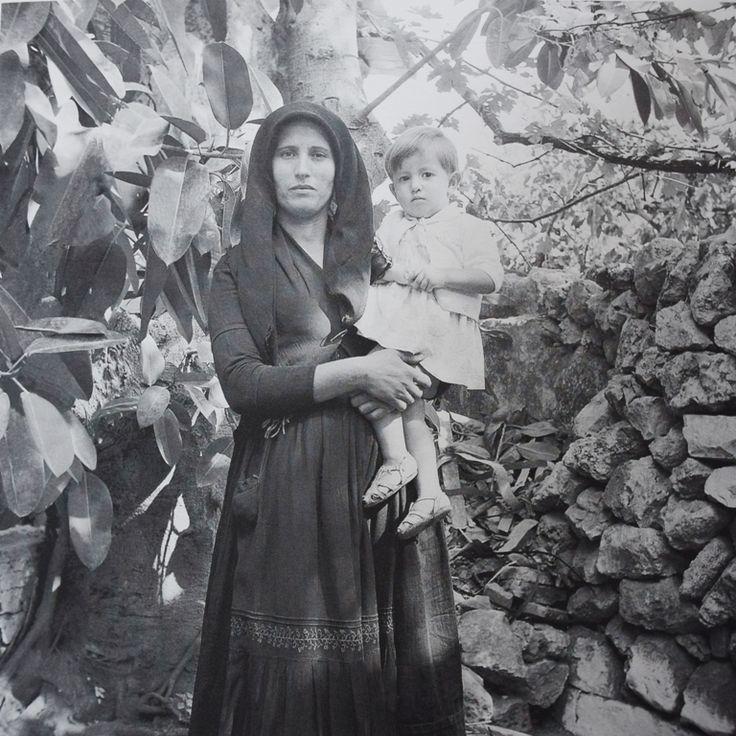 Η φωτογραφία είναι του Νίκου Κατωπόδη (Πανοθώμος) από το Λεύκωμα «Έτη Φωτός», που εξέδωσε το 2008 η Δημόσια Βιβλιοθήκη Λευκάδας.