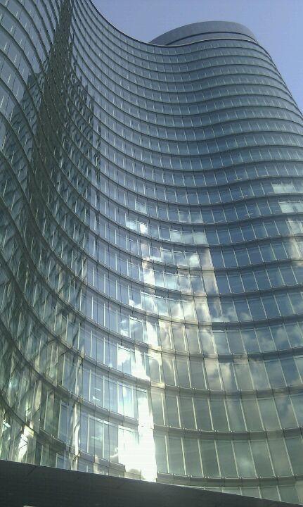 glas komt veel terug in de rabobank toren aan de overkant van het gebied, dit is een aspect wat we terug willen zien in ons gebied. Daarom zijn er zoveel mogelijk ramen plaatsen en het bovenste gedeelte van de balkons zijn van glas. (André)