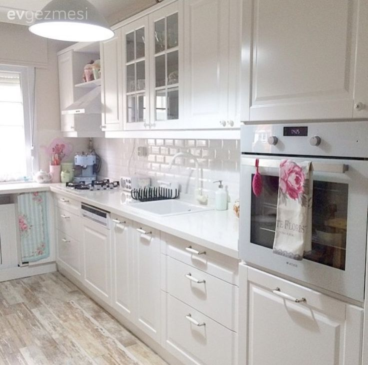Burcu hanımın aydınlık renkler ve naturel esintilerle kimlik kazanan, özellikle de mutfağı çok canlar yakacak evinin misafiriyiz..  Beyaz mutfağında naturel havayı zemin seramikleriyle yakalayan ev...
