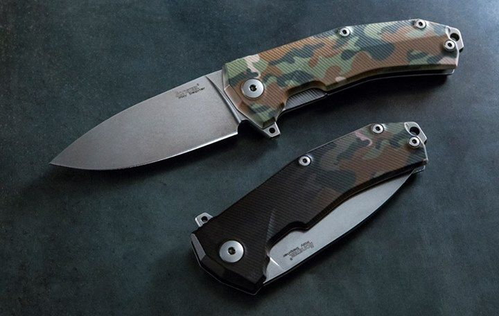 LionSteel KUR - Metamorphosis handle It is an Aluminum handle with a special coating, it is heat sensitive.  Normally the handle is black but as soon as the temperature reach 22-23 c° the handle changes the color and become Camouflage. If you keep the knife in your hand for a couples of minutes it will change the color from black to Camouflage