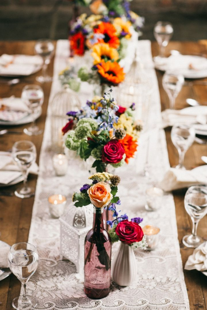 Una decoración de mesa de boda boho perfecta con un toque de vintage. Foto: Nyk + Cali, Wedding Photographers