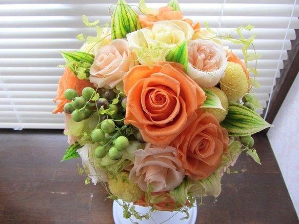 秋にご結婚された花嫁様のオーダーブーケ。お色味はオレンジ、形はラウンドブーケになります。花・グリーン全てプリザーブドフラワー、実物はアーティフィシャルで制作し... ハンドメイド、手作り、手仕事品の通販・販売・購入ならCreema。