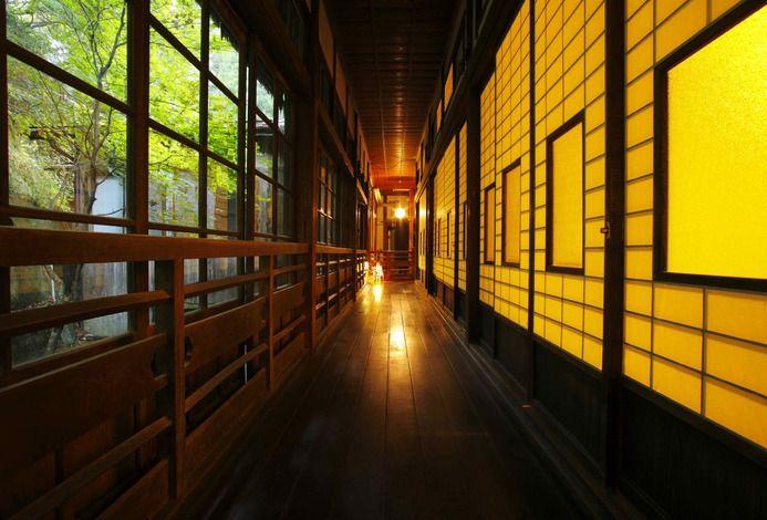 部屋の明かりが灯ると障子がひとつの作品として浮かび上がってきます