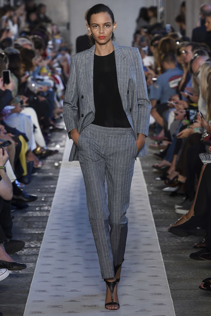 See the complete Max Mara Spring 2018 Ready-to-Wear  collection.
