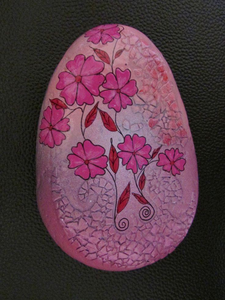 Sasso dipinto a mano con colori acrilici e aggiunta di guscio d'uovo per la creazione del mosaico : Accessori casa di pinkland
