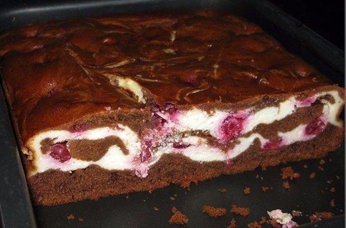 Egy süti, ami nemcsak jól néz ki, hanem az íze is rendkívül finom  A meggyes-túrós brownie egy igazi csokis finomság, amit minden nap meg tudnék enni. A csokis tészta, a krémesre kevert túrós töltelék és a savanykás meggy frissítő és isteni finom hármast képez. Nem csoda, hogy az elkészítést követően rekord idő alatt elfogy a tepsiből. A receptben feltüntetett mennyiség dupláját szoktam egyenesen használni, de még ez is kevésnem bizonyul. Legközelebb háromszoros mennyiséggel próbálkozom