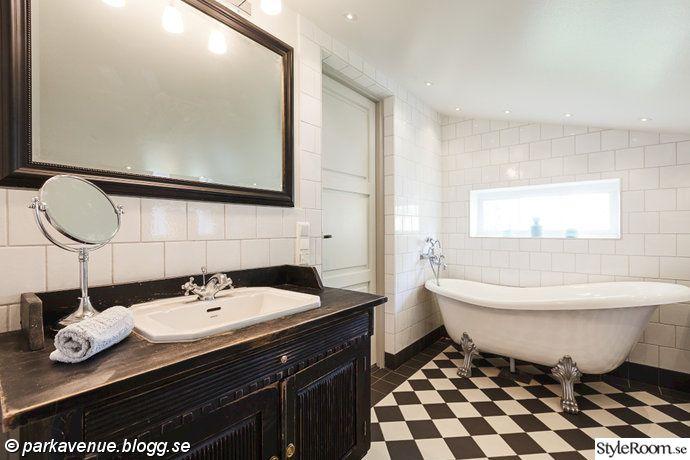shackrutigt,pepitarutigt,golv,kakel,toalett,badrum,badkar med tassar,kommond,badkarsskåp,svartvitt