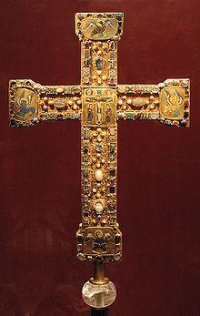 Croix de procession germanique du XIe siècle ; la religion chrétienne était un élément central de la société médiévale.