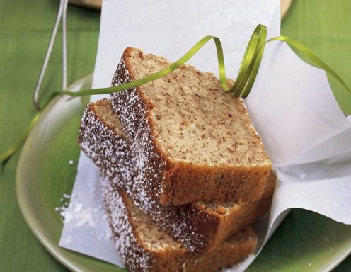 QimiQ glatt rühren. Geriebene Nüsse, Staubzucker, Öl und Eier dazugeben und gut verrühren. Mehl mit Backpulver vermischen und gut unter die