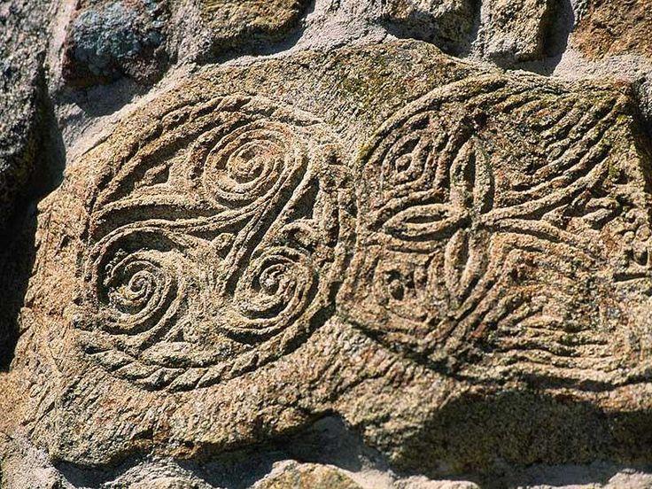 Triskell gravé dans la roche granitique – Crédit Photo : François Le Divenah