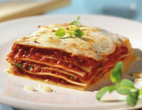 Für die Gemüse-Lasagne aus dem Dampfgarer das Gemüse in 1 cm große Würfel schneiden und Öl in einer flachen Pfanne erhitzen. Die Gemüsewürfel kurz