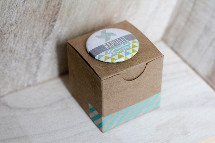Boites à dragées en kraft avec badge AIMANTÉ : Autres bébé par les-boites-de-la-sardine