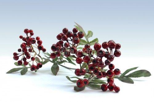 W dekoracjach na święta Bożego Narodzenia nieodłącznym elementem są różne czerwone jagody i owoce. Ta piękna, sztuczna jarzębina z VillaFlora.pl może stać się doskonałym dodatkiem do kompozycji i stroików na święta.