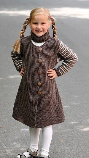 Strikkeopskrift: Fin lang jakke med striber til pigen