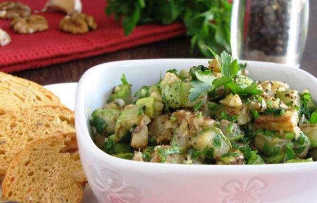 Теплый салат из цуккини с грецким орехом