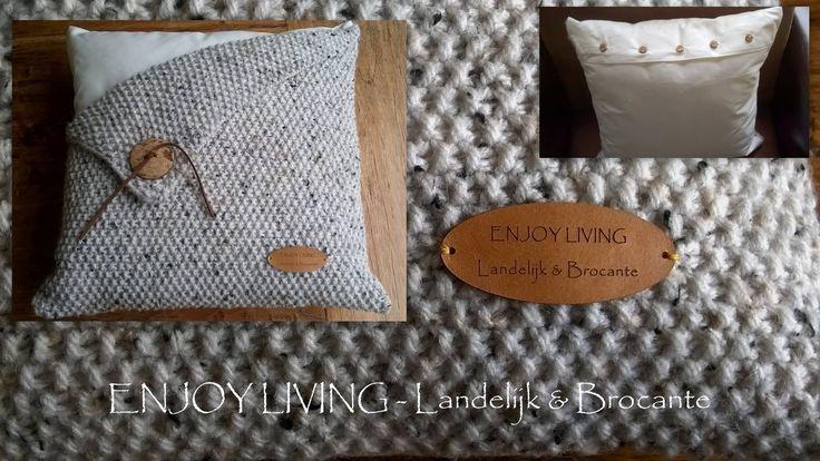Leuk handgemaakt woonkussen met houten knoop en lederen veter / label.