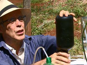 Garrafa preta ajuda a captar a luz solar (Foto: Reginaldo Santos/EPTV)
