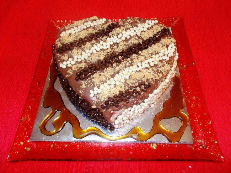 Νέα τούρτα από το περί ζαχαροπλαστικης σε σχήμα καρδιάς.