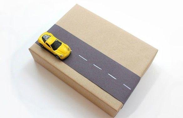 Cadeau inpakken anders dan alleen papiertje met deze stoere auto. Morgen idee voor meisjes #freubelcedeautip
