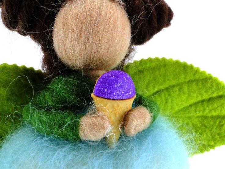 Yaprak Kanatlı Melek Keçe Bebek (Askılı)Yaprak kanatlı melek keçe bebek,saçları, yaprak kanatlarıvesüzülen bedenindekidetaylar ile tam bir koleksiyon ürünüdür.Doğal keçe, işlemesi oldukça zahmetlibir materyaldir ancak nitelikleri bakımından