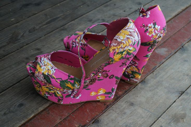 Top Tip: TEST TRENDS WITH ACCESSORIES You saw a supremely stylish woman rocking head-to-toe florals & you loved the look, but you're wary to go all in. Test it out little by little (via footwear, handbags or jewellery) before committing to actual clothing. #figandwattle #fabshoes
