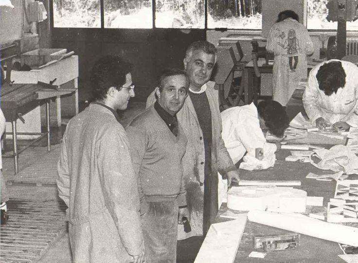 """Insegnanti ed allievi nel Laboratorio della Sezione Decorazione plastica. Istituto Statale d'Arte """"Stagio Stagi"""" Pietrasanta, dicembre 1991."""