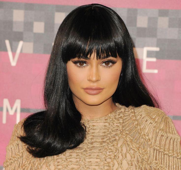 Capelli neri con frangia compatta per Kylie Jenner. #haircolor #blackhair #darkhair #hairstyle #longhair #kyliejenner