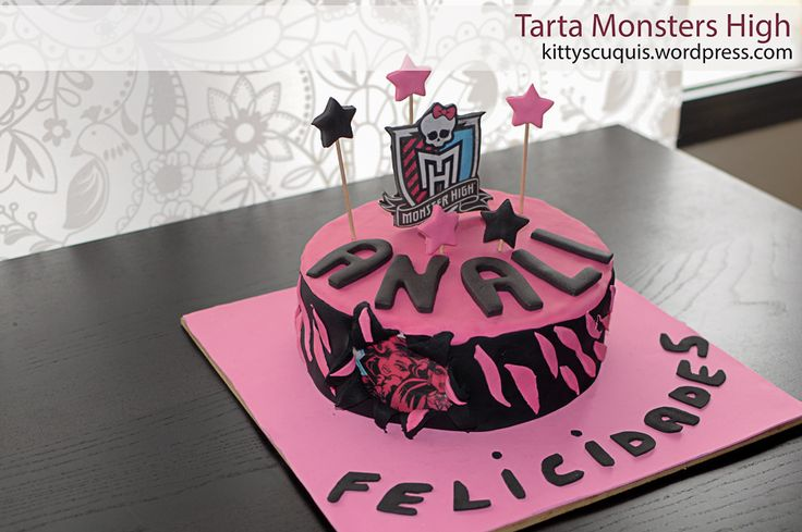 Tarta Monsters High http://kittyscuquis.wordpress.com/2013/07/08/tarta-monster-high/ #TartaMonsterHigh #MonsterHighCake #tartas #fondant #cakes #tartasDecoradas #fondantCakes #sugarcraft #foodPhotography