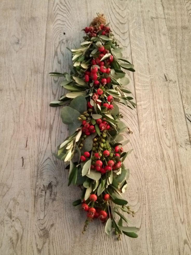 Herfst festoen, gebonden met verse materialen en rozenbottels