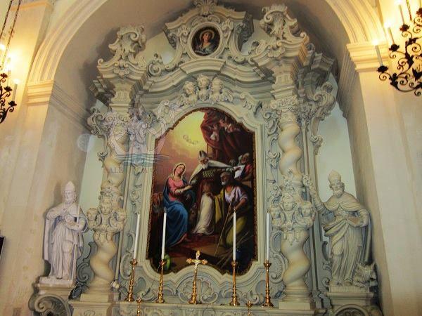 La chiesa di San Vito a Castrì di Lecce (provincia di Lecce), dedicata al protettore del paese, fu totalmente ricostruita nel 1734 e il 1772. L'interno, a croce latina, ospita pregevoli altari in pietra leccese sormontati da tele di pregio artistico. In foto altare dello Sposalizio della Vergine.